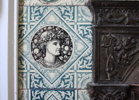 Four of the left hand side tiles match this face. A classic beauty, wreathed in fruit, and bordered by blue seashells and coral – an appropriate motif for a house so close to the ocean.